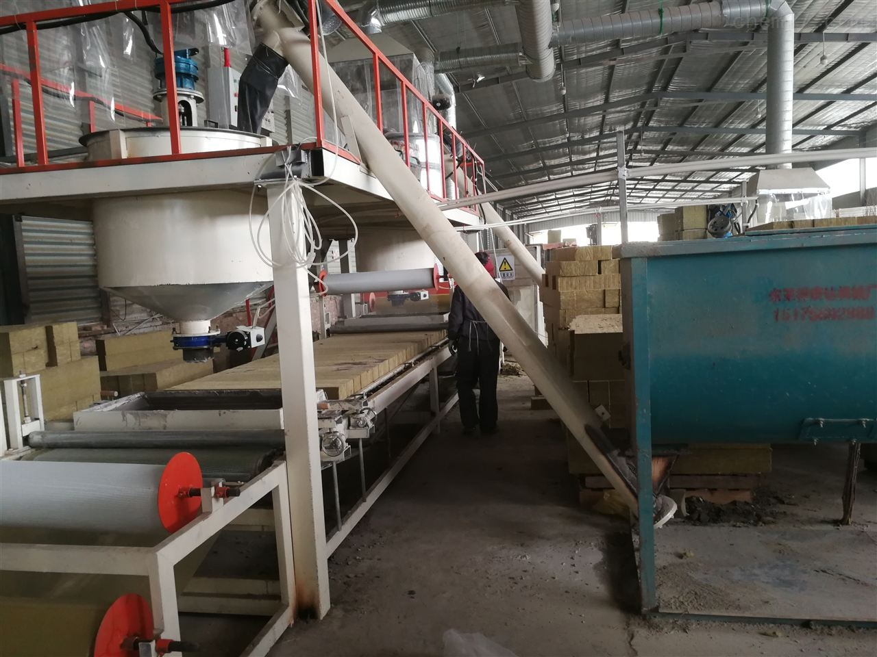 新型岩棉复合板设备大型切割锯使用